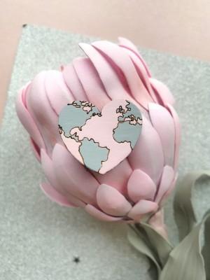 Миниброшь Земля-сердце розовая