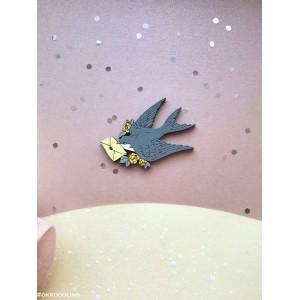 Брошь Ласточка летящая светло-серая с желтым конвертом