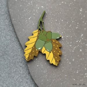 Брошь Желудь на желто-зеленых листиках