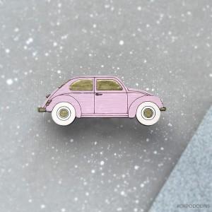 Брошь Машинка в нежно-розовом цвете