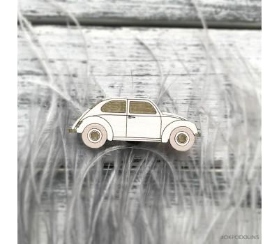 Брошь Машинка в белом цвете с золотыми окошками