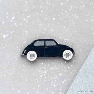 Брошь Машинка в черном цвете в серебристыми окошками