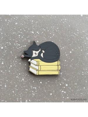 Брошь Кот серый на книжках спит