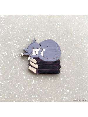 Брошь Кот фиолетовый на книжках спит