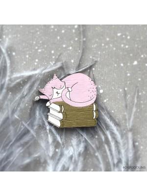Брошь Кот на книжках спит