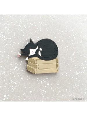 Брошь Кот черный на книжках спит