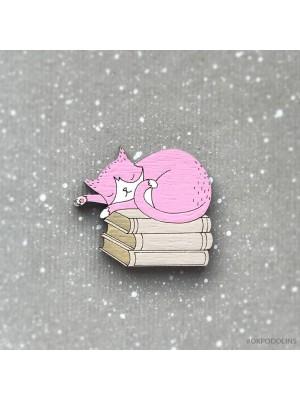Брошь Кот розовый на книжках спит
