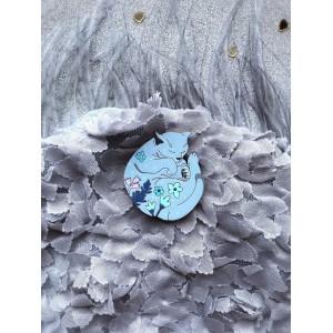 Кот клубочком в цветочки в дымчато-голубом цвете