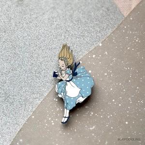 Брошь Алиса в стране чудес в пыльно голубом цвете